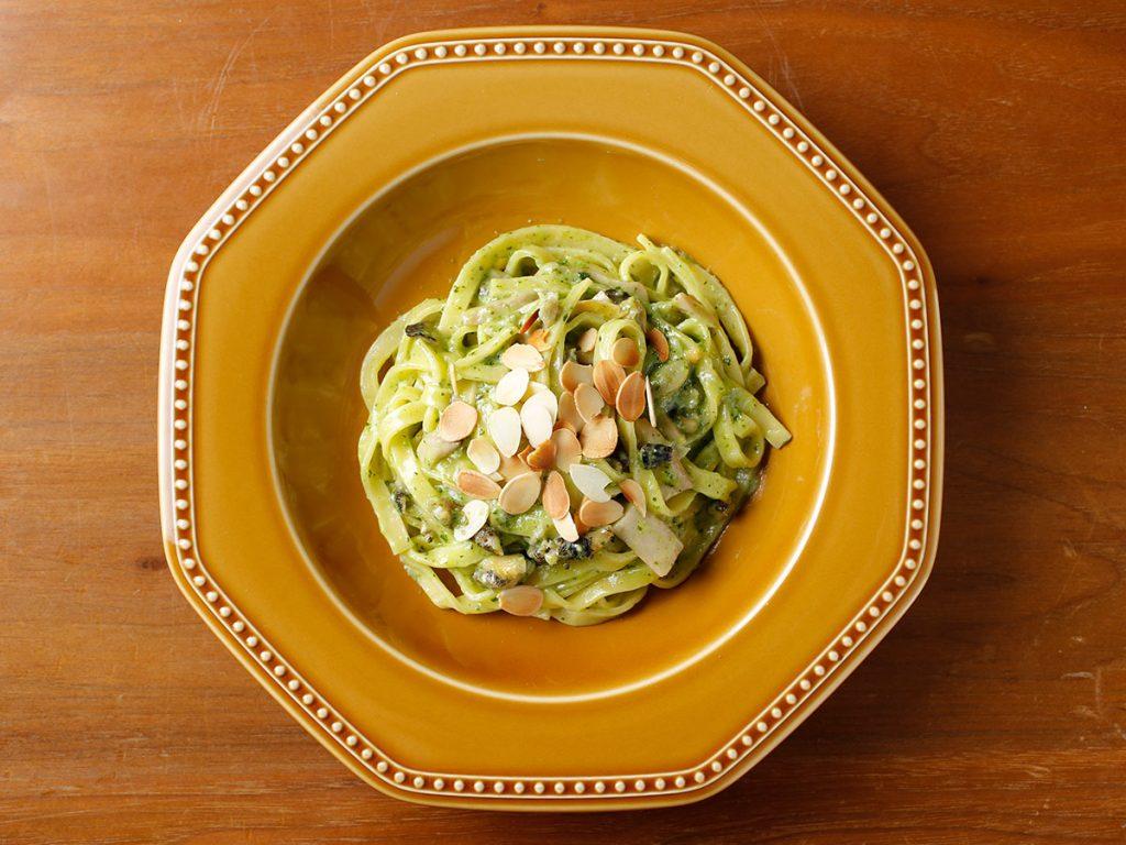 お皿に盛り付けられた北海道産つぶ貝のブルゴーニュバターソース&卵のフェットチーネ