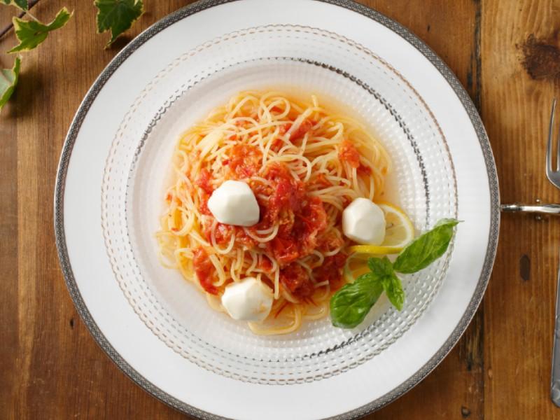 お皿に盛り付けられた奥出雲高原トマトソース フレッシュモッツァレラチーズ添え&スパゲッティ