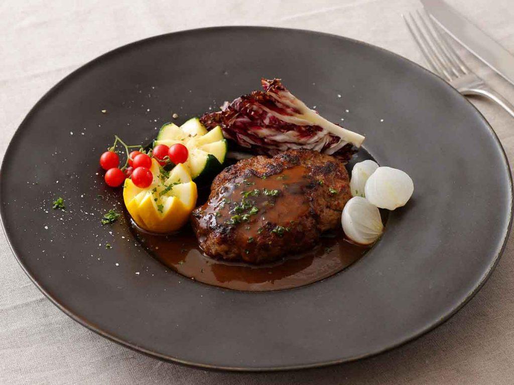 お皿に盛りつけた奥出雲和牛を使ったハンバーグ