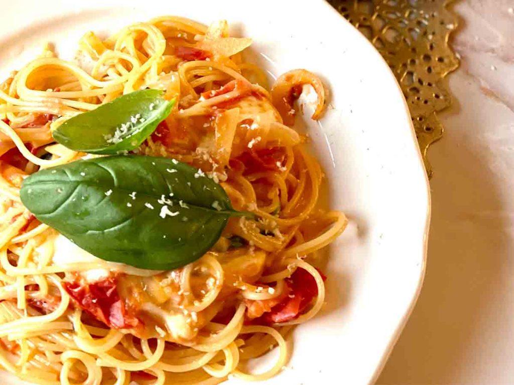 トマトとチーズのパスタをマルゲリータのように盛り付けた様子