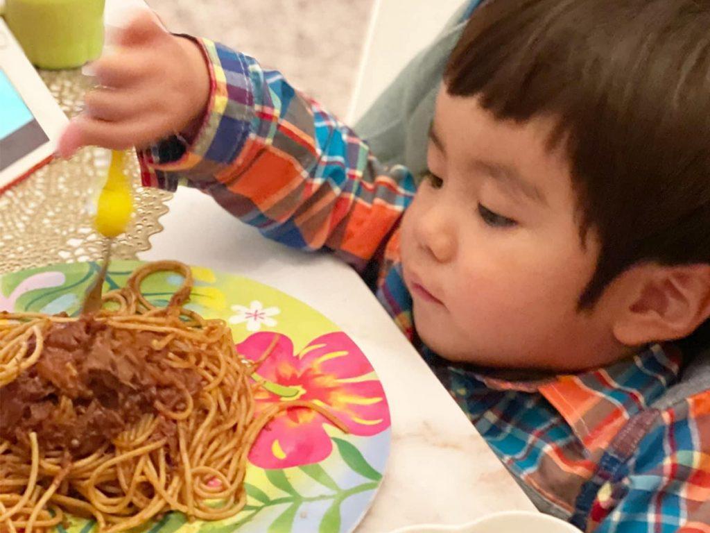 ミートソースパスタを食べる子ども