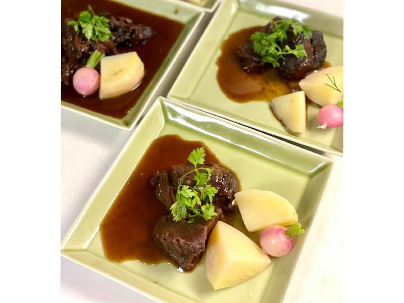 牛ほほ肉の赤ワイン煮込み 盛り付け
