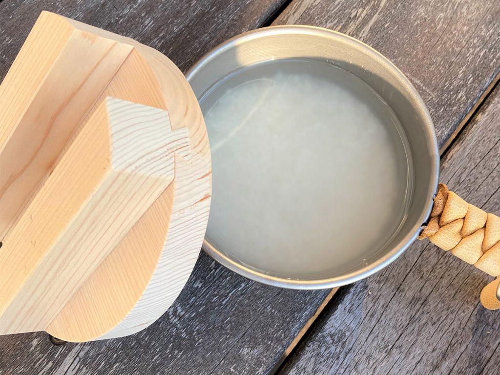 米と水を鍋に入れる