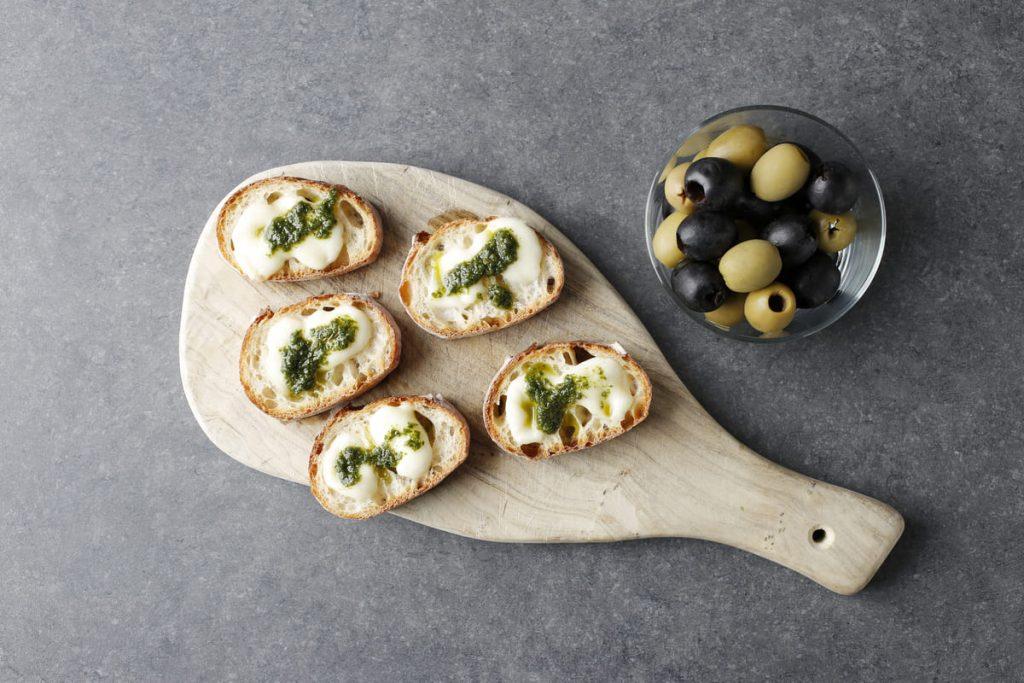 モッツァレラチーズとジェノベーゼソースのバゲットトースト