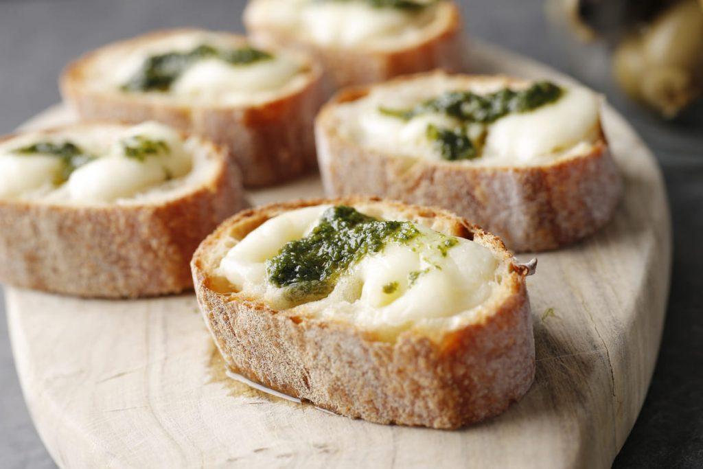 モッツァレラチーズのバケットトースト