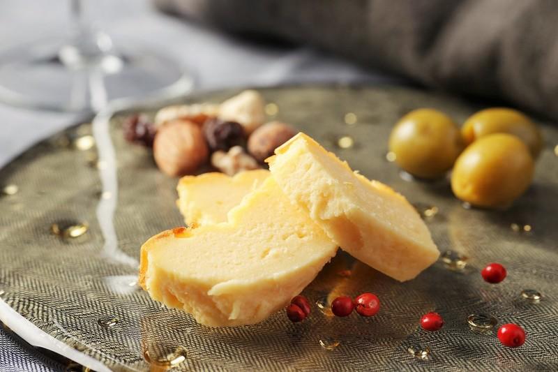 """ワインと楽しむ、チーズ好きのための「甘くないチーズケーキ」が 11月11日""""チーズの日""""に新登場!"""