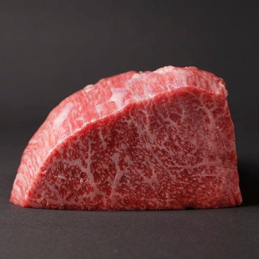 赤身とサシのバランスが美しい、奥出雲和牛の肉の断面図