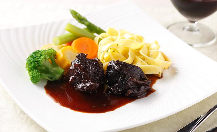 牛ほほ肉の赤ワイン煮込みとパスタのワンプレート